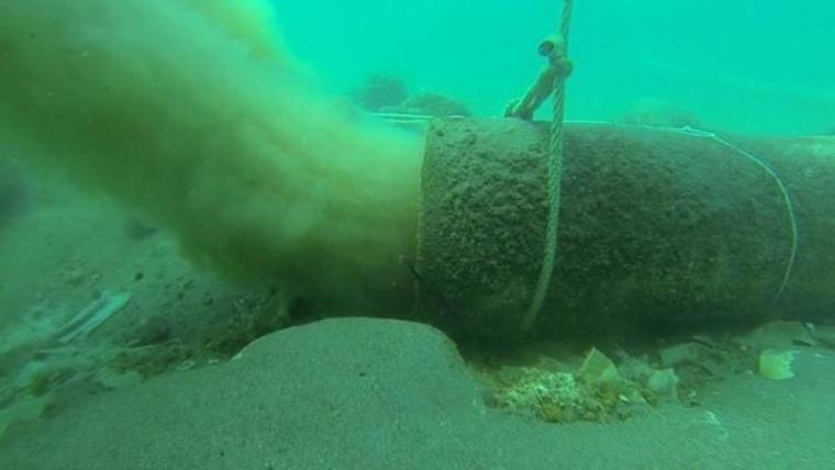 El fondo marino de la costa de Nerja está contaminado por 9 toneladas de toallitas y otros residuos domésticos