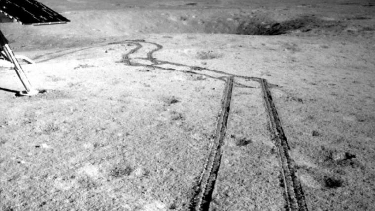 Las huellas del rover Yutu-2 en la superficie lunar