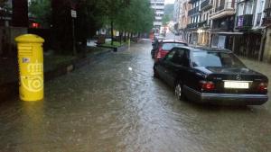 Algunas calles de Rentería han quedado anegadas después de las intensas lluvias de esta noche de sábado