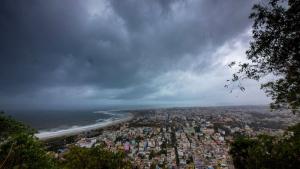El ciclón Fani ha llegado esta mañana a la costa de la India, con rachas de 200 km/h y un ascenso del mar de 2 metros