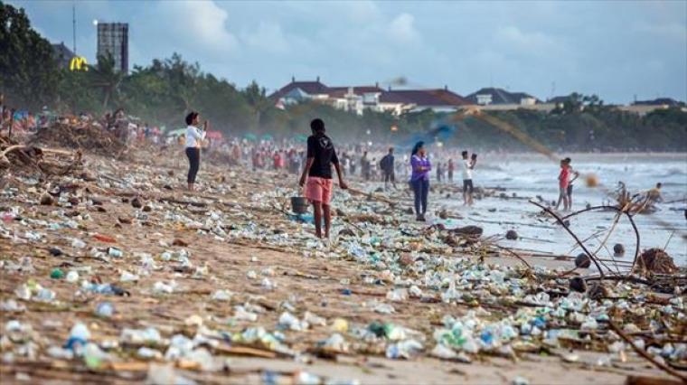 La playa de Kuta en Bali se encuentra llena da basura