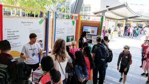Ferreira explicando su invento a los visitantes de la Feria de Ciencia de Google