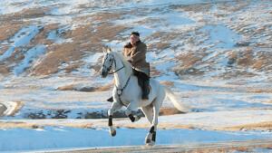 Imagen de Kim Jong-un cabalgando a caballo en el monte Paektu