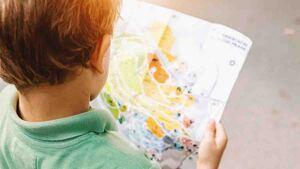 Niño mirando un mapa.