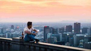 Hombre en lo alto de un edificio