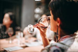 El exceso de alcohol eleva el riesgo cardiaco en mujeres