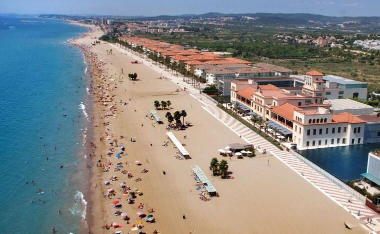La platja de Sant Salvador, amb el conegut Sanatori, al litoral del Baix Penedès.