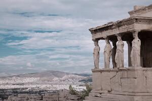 Un temple célèbre avec Athènes et le mont en arrière-plan