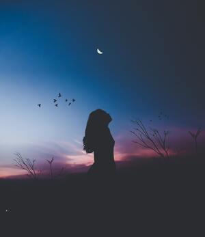 Fille dans le noir en regardant le ciel
