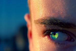 zoom en la parte de cara con ojo azul