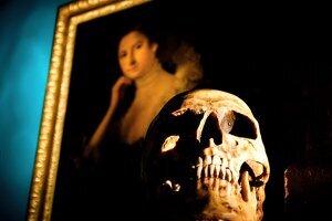Crâne devant un tableau fantômes