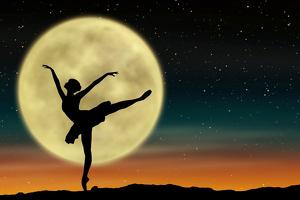 La silhouette d'une danseuse avec la pleine lune en arrière-plan