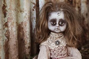 muñeca con pelo moreno y vestido blanco