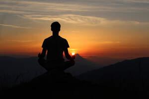 hombre de espaldas meditando en el amaner