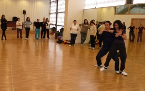 Les dones de Balaguer aprenen tècniques d'autodefensa