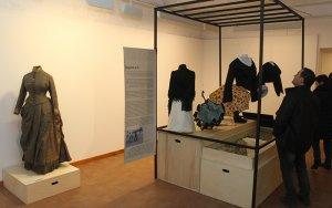 Tàrrega exhibeix en una mostra una seixantena de peces de vestir històriques d'entre els segles XVIII i XX