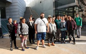 Una trentena de persones es concentren als jutjats de Lleida en suport d'una família de la Mariola que volen desnonar