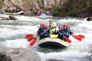 Tres barques de ràfting baixant per riu Noguera Pallaresa entre Llavorsí i Rialb.