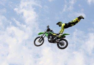 Un pilot realitzar motocross freestyle a les Lleides Park