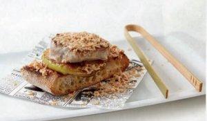 Cruixent làmina de pa de vidre amb base de poma golden caramel·litzada, filet de port i encenalls de foie gras.