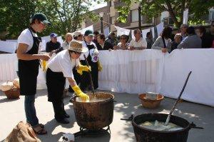 Veïnes de Montgai ensenyant a elaborar sabó durant una edició passada de 'Net. Fira del Sabó'