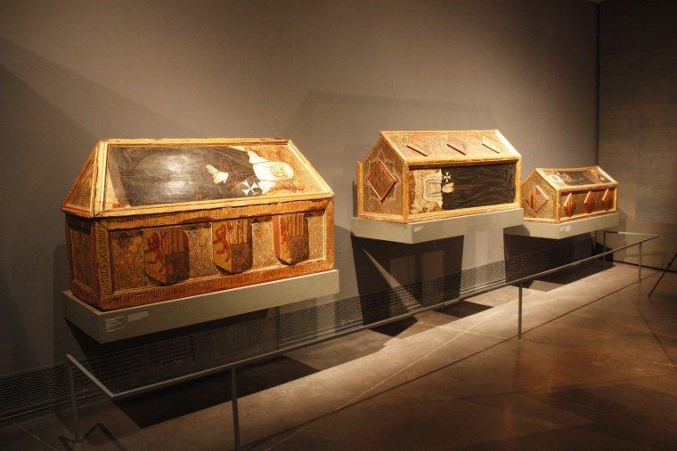 Els tres dels sarcòfags de les monges de Sixena que es troben exposats al Museu de Lleida