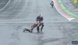 Imatge del moment en que Àlex Marquez ajuda al seu company Danny Kent