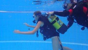 Un dels joves que realitza submarinisme a Lleida