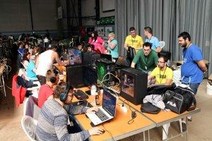 Una de les taules de la Lan Party de Tàrrega amb participants que juguen als ordinadors aquest 12 d'agost del 2017