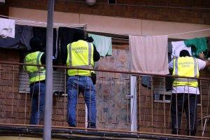 Diversos agents de la Guàrdia Civil registrant roba estesa en el pis de Lleida on s'ha registrat la detenció.