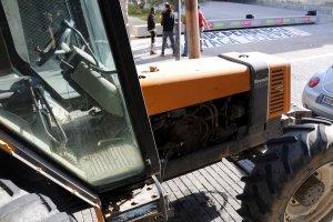 El tractor de l'Assemblea Pagesa aparcat al davant del Pavelló de l'Oli, col·legi electoral per l'1-O a les Borges Blanques