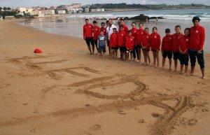 Imatge de la selecció lleidatana de tenis a la platja del Sardinero
