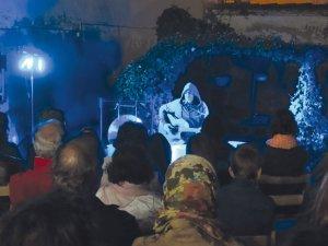 Oriol Ginestà durant la seva actuació a la Cua d'Estiu