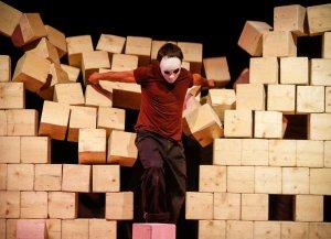 Una escena de l'obra 'Mur', de Cia3, una de les totalment esgotades en aquesta edició de FiraTàrrega