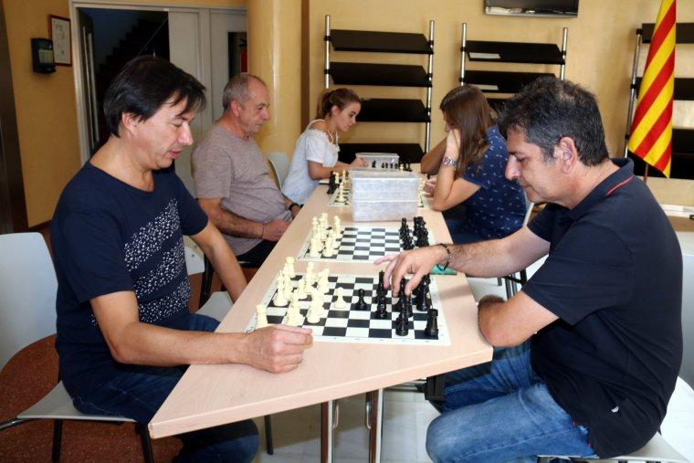 Alguns dels participants en el taller d'escacs, als serveis territorials d'Ensenyament a Lleida