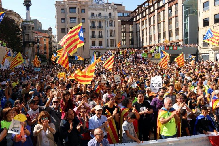 Centenars de persones han omplert la plaça Sant Joan de Lleida en defensa dels drets fonamentals i de la democràcia