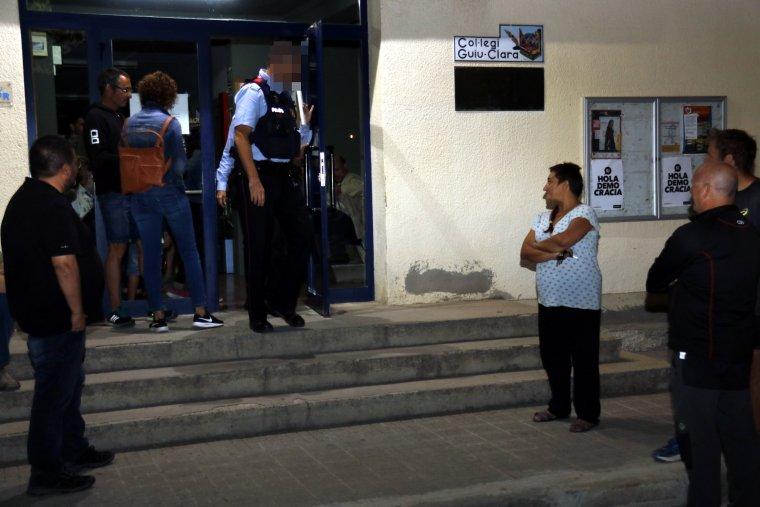 Dos Mossos sortint de l'Escola de Música de Mollerussa després d'aixecar acta.