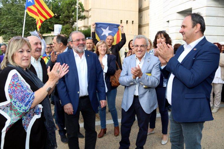Els alcaldes de les Borges Blanques i Juneda, Enric Mir i Antoni Villas, rebent el suport del president de la Diputació de Lleida, Joan Reñé, i la membre de la Mesa del Parlament, Ramona Barrufet