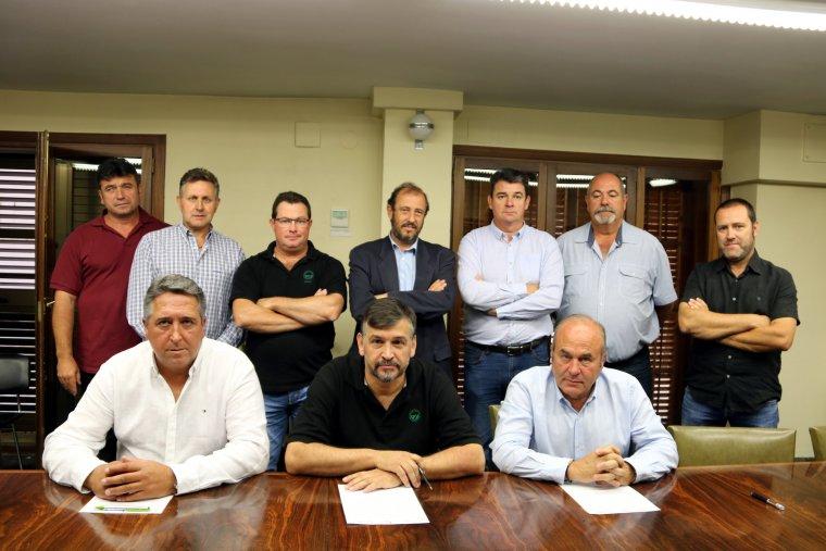 Imatge del coordinador nacional d'UP, Joan Caball, el president de JARC, Francesc Boronat, i el president de la FCAC, Ramon Surroca, asseguts, i darrere altres membres de les organitzacions