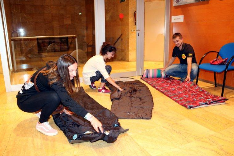 Joves preparant-se per quedar-se a dormir al Centre Cultural Municipal d'Alcarràs.