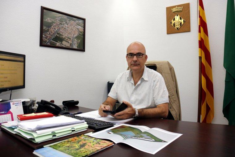 L'alcalde de Bell-lloc d'Urgell, Carles Palau, al seu despatx treballant el dia que havia estat citat a declarar per segona vegada per l'1-O