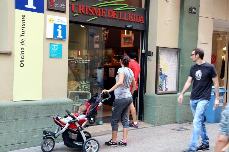 Usuaris entrant a l'oficina de Turisme de Lleida, situada al carrer Major