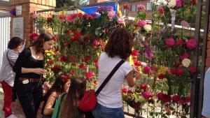 Les portes de l'Institut de la Caparrella s'ha omplert de flors com a mostra de protesta.