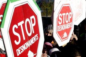 Uns cartells de la PAH demanant 'Stop desnonaments'