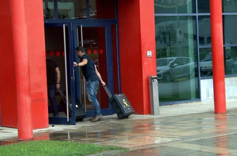 Agents de la Guàrdia Civil entrant a la comissaria dels Mossos d'Esquadra de Lleida