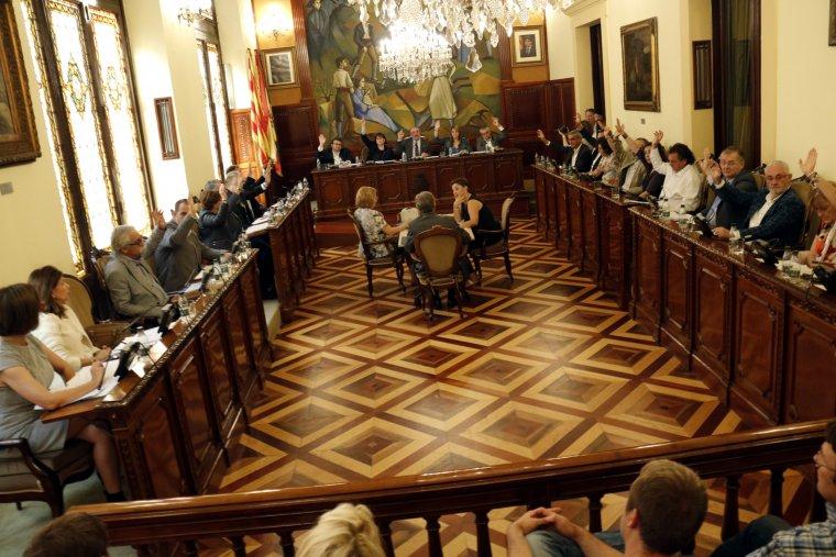 El ple de la Diputació de Lleida votant a favor de la moció de rebuig a la violència de la policia espanyola durant l'1-O
