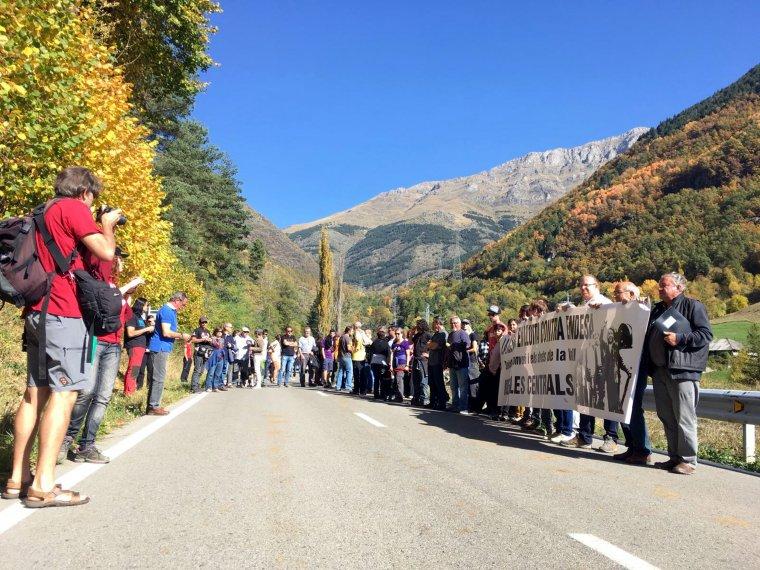 Els manifestants contra Endesa en el moment que han tallat la carretera en el seu recorregut per la Vall Fosca