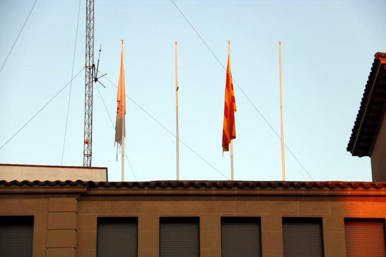 Els pals de les banderes de l'Ajuntament de Mollerussa sense l'espanyola i l'europea