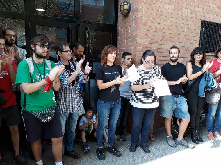 Els representants dels col·lectius socials i polítics de Lleida que han presentat un manifest per exigir fer efectius els resultats de l'1-O a les portes del Casal de la Mercè de La Mariola