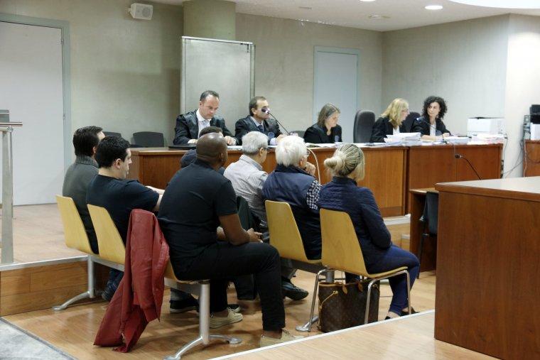 Els set acusats de prostitució i tràfic de drogues, a l'Alt Urgell, en el judici que ha començat a l'Audiència de Lleida, amb els seus advocats